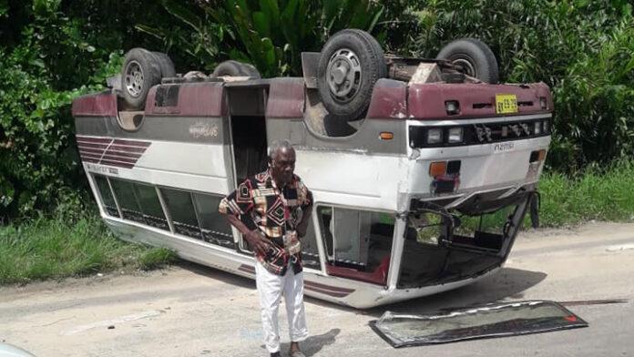 Bus op z'n kop langs de weg in Suriname