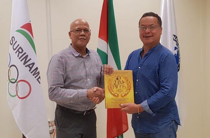 Suriname ontvangt jubileumboek van Zuid-Amerikaanse atletiek federatie CONSUDATLE