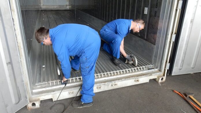 VIDEO: Franse douane laat zien hoe drugs in Surinaamse container verstopt waren