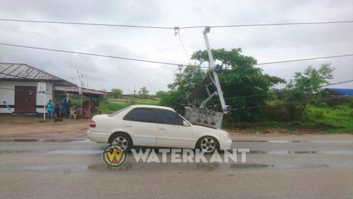 Stroompaal Energiebedrijven Suriname valt op auto