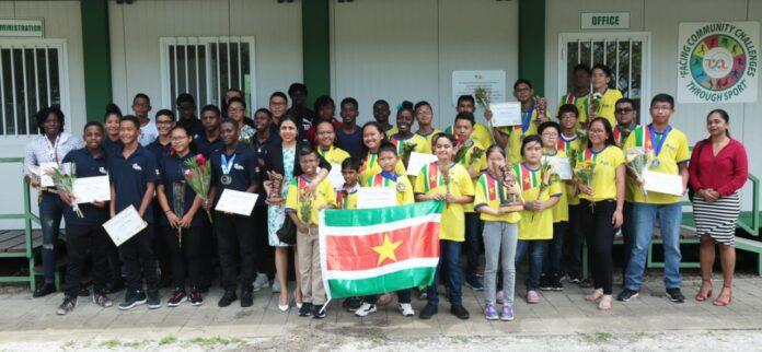 Minister van Sport- en Jeugdzaken huldigt jonge Surinaamse sporters