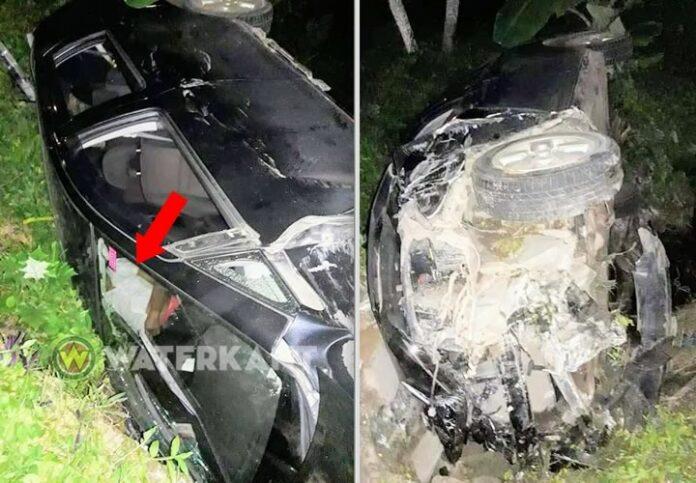 Inzittende vast in over de kop geslagen auto na aanrijding met bromfiets