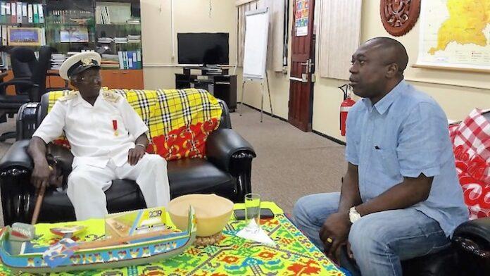 Hoofdkapitein Fedries op beleefdheidsbezoek bij Surinaamse minister RO