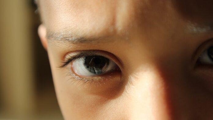 Meisje van 2,5 jaar alleen op straat in Den Haag aangetroffen, roept om 'Nani'