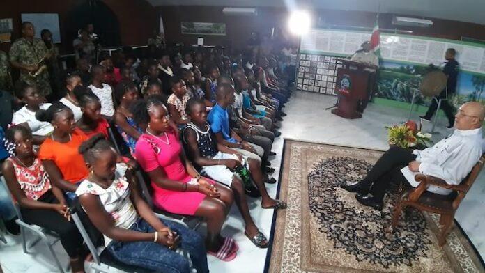 President van Suriname doet verhaal als 'levende legende' in museum