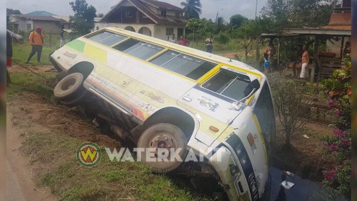 Bus komt in goot langs de weg terecht in Suriname