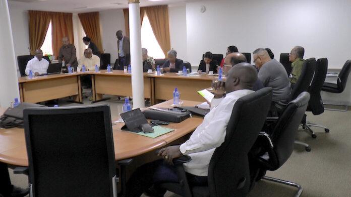 President Bouterse ontvangt ministers op het presidentieel paleis