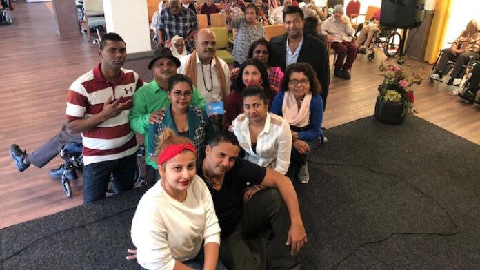 Natak groep van Rahemal Buiten uit Suriname maakt Haagse ouderen blij