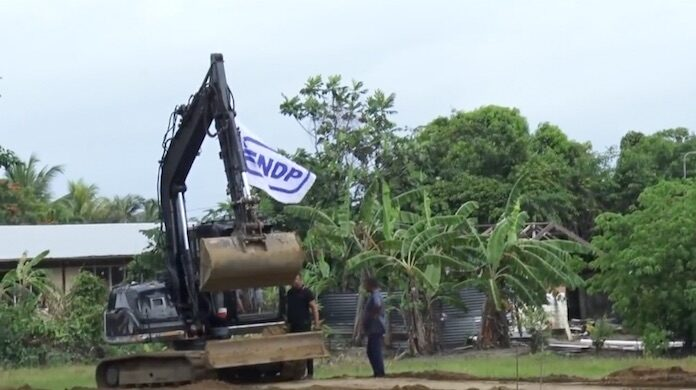 VIDEO: Ruzie om NDP vlag bij aanleg sportveld voor gemeenschap Jarikaba