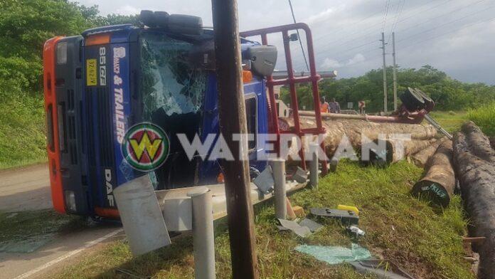 Ongeval met grote houttruck op Afobakaweg in Suriname