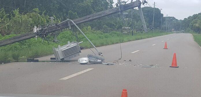 Opnieuw houten elektriciteitsmast met trafokast omgevallen in Suriname