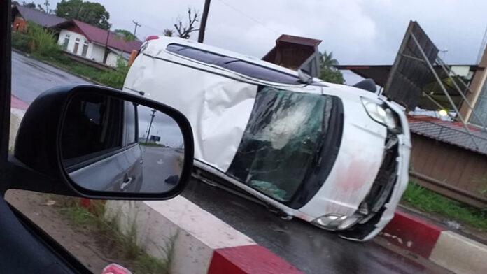 Auto zwaar beschadigd bij eenzijdig ongeval in Suriname