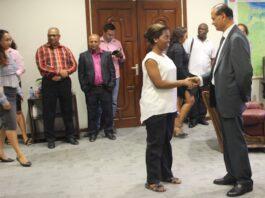 Minister Parmessar maakt kennis met personeel van LVV in Suriname