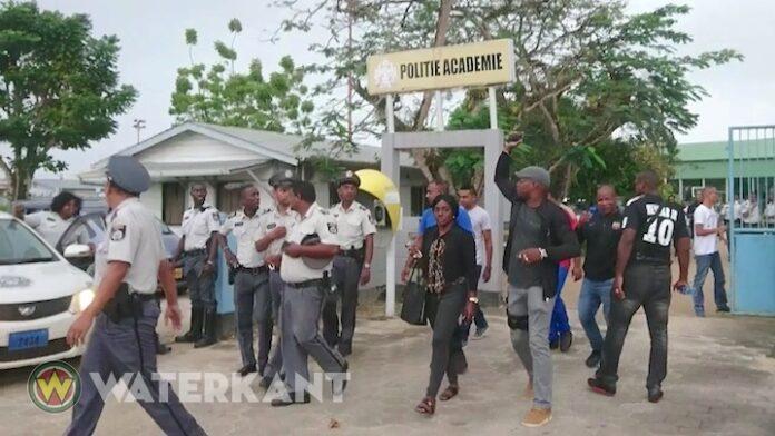 Politiebond Suriname roept spoedvergadering bijeen na werkneerlegging