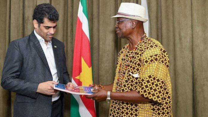 Vice-president Adhin ontvangt fotoverslag herdenkingsdagen in Suriname