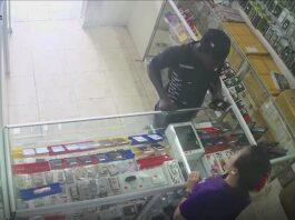 Eigenaar van elektronica winkel in Suriname zet filmpje van telefoon dief online