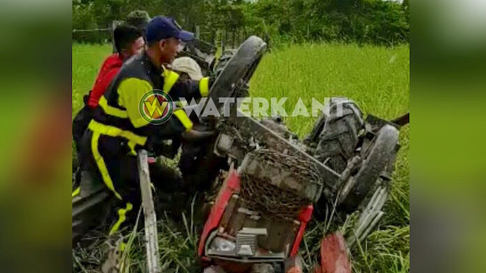 Bestuurder beknelt nadat tractor over de kop slaat in Suriname