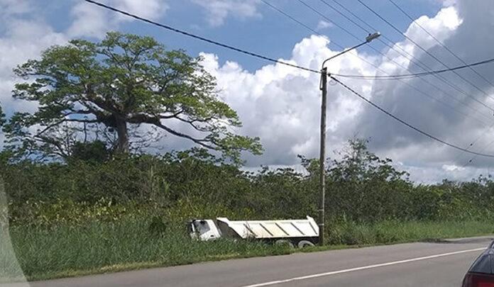 Opnieuw truck van de weg geraakt in Suriname