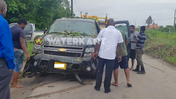 SUV van Kabinet president van Suriname in trens belandt