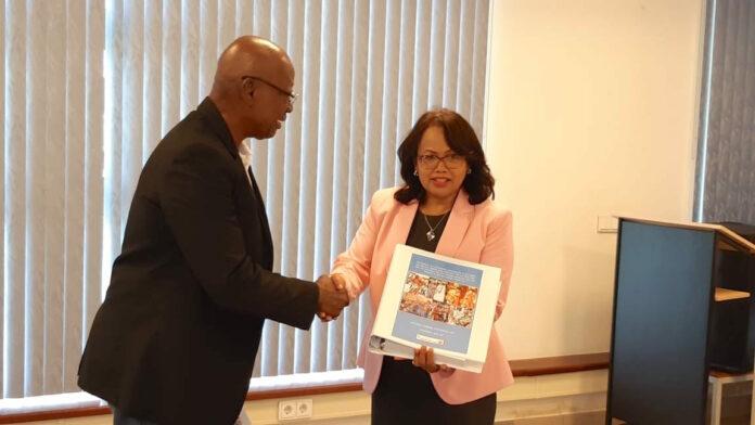 Nationaal Archief Suriname ontvangt collectie nationale herdenkingsdagen