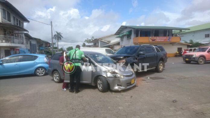 Gewonde bij aanrijding tussen drie auto's in Suriname