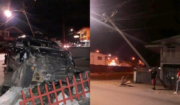 Auto ramt elektriciteitspaal en boort zich door schutting