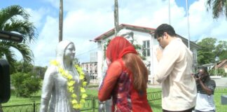 Bloemenhulde i.v.m. 146 jaar Hindoestaanse Immigratie in Suriname