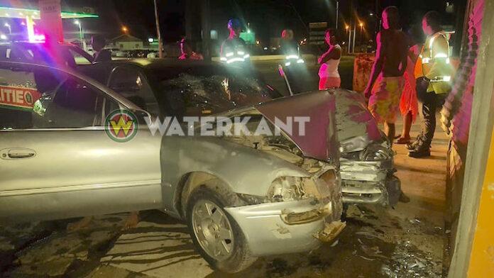 Auto rijdt in gat en 'vliegt' tegen gebouw, twee gewonden afgevoerd