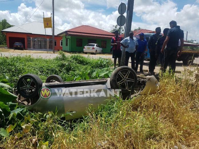 Vrouw zonder rijbewijs gaat over de kop met auto en belandt in trens