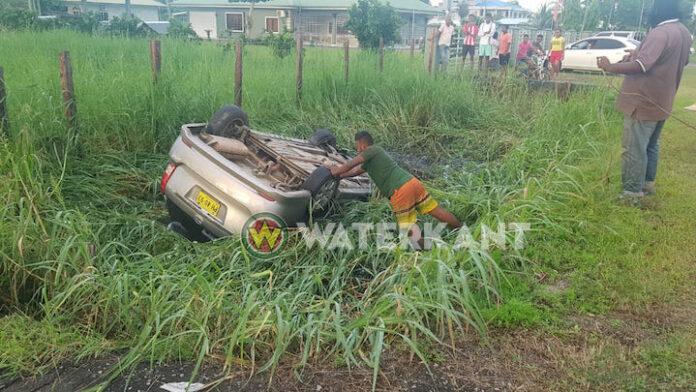Auto belandt op zijn kop in trens na uitwijk manoeuvre