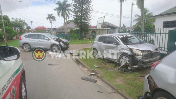 Veel schade bij aanrijding tussen drie voertuigen in Suriname