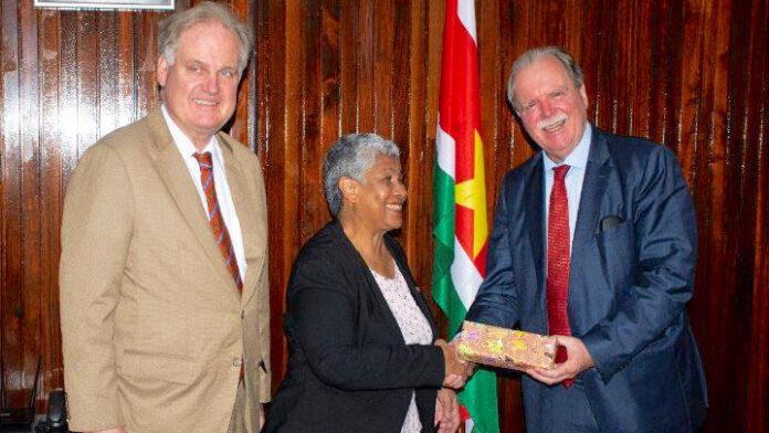 Duitse ambassadeur op bezoek in Suriname bij minister van onderwijs