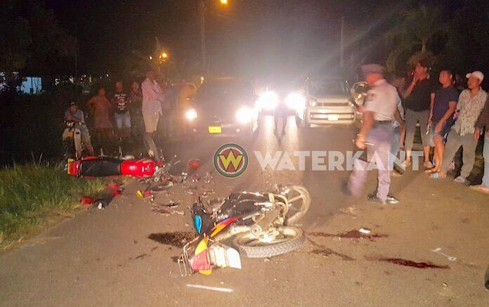 Bromfiets knalt tegen motorfiets, bestuurders zwaar gewond