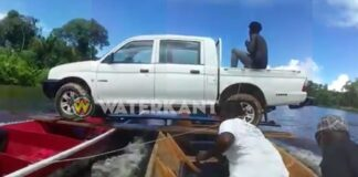 VIDEO: bootjes vervoeren pick-up over rivier in Suriname
