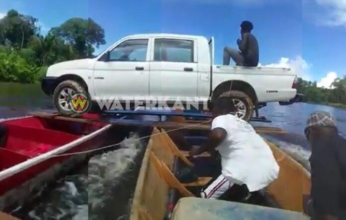 VIDEO: bootjes vervoeren pick-up over rivier in Suriname