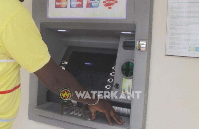 Boze, aangeschoten man vernielt geldautomaat die pinpas 'inslikte'