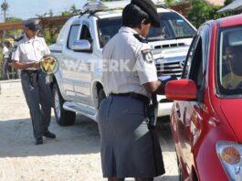 Dronken automobilist negeert stopteken, rijdt in op agent en vlucht in Suriname