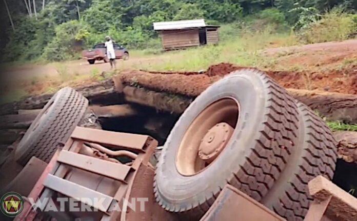 Vrachtwagen rolt van berg nadat remmen het begaven en eindigt bij kreek