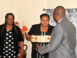 Aandacht voor vaderdag in Suriname: Ministerie zet vaders in de bloemen