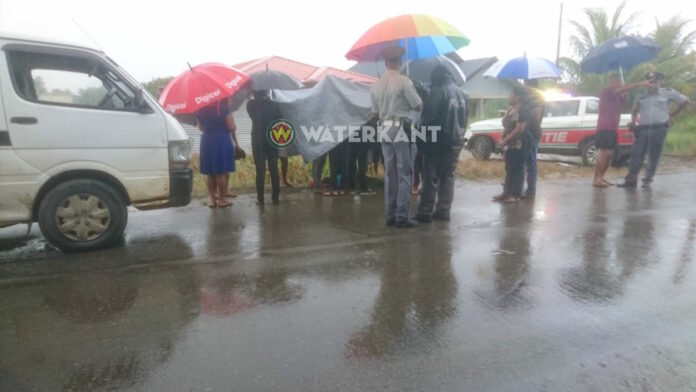 Voetganger dood na aanrijding Mawakaboweg