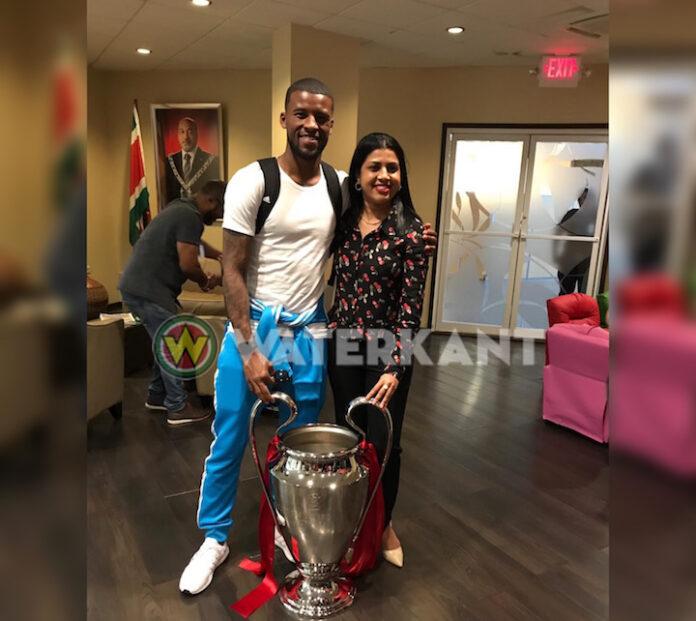 Wijnaldum in Suriname aangekomen met Champions League beker