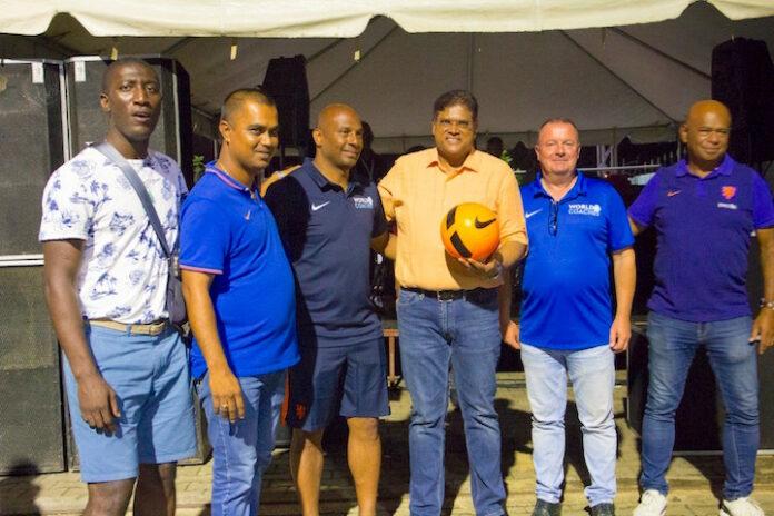 Oud profvoetballer Aaron Winter ontmoet VHP leider Santokhi in Suriname