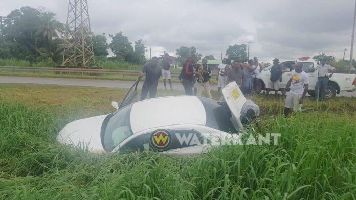 Auto in trens langs de weg na aanrijding