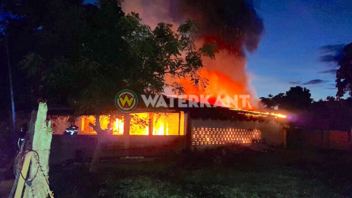 Brand vernietigt woning in Suriname