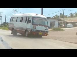 VIDEO: Surinaamse lijnbus verliest al rijdend voorwiel