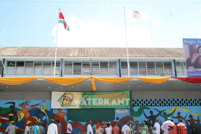 Politie stuit op drugs in winkels voor Centrale Markt van Suriname