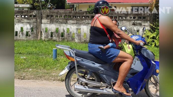 Gespot: gevaarlijk vervoer van kindje op bromfiets