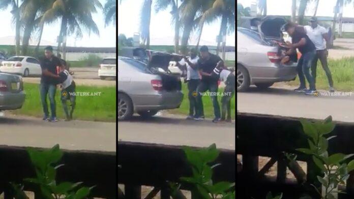 VIDEO: Agenten gooien jongeman in kofferbak en rijden weg