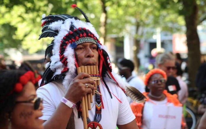 Suriname sterk vertegenwoordigd op SouthEast Parade in de Bijlmer