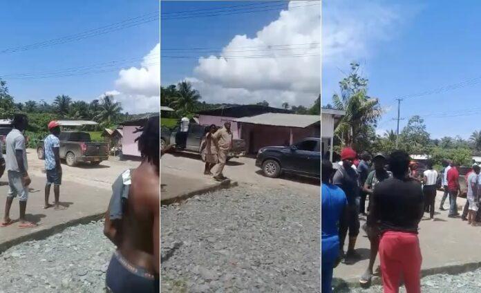VIDEO: Dc en delegatie uitgescholden door boze menigte te Brokopondo